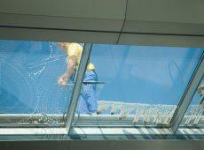 Como limpar telhas de vidro